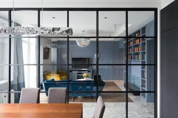 3-2-american-style-interior-blue-wooden-wall-panelling-transparent-glass-wall-between-kitchen-dining-and-living-room-black-f
